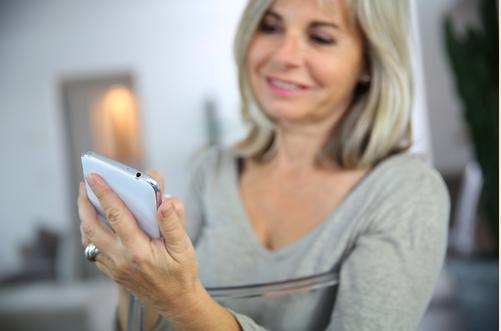 senior_woman_on_smartphone