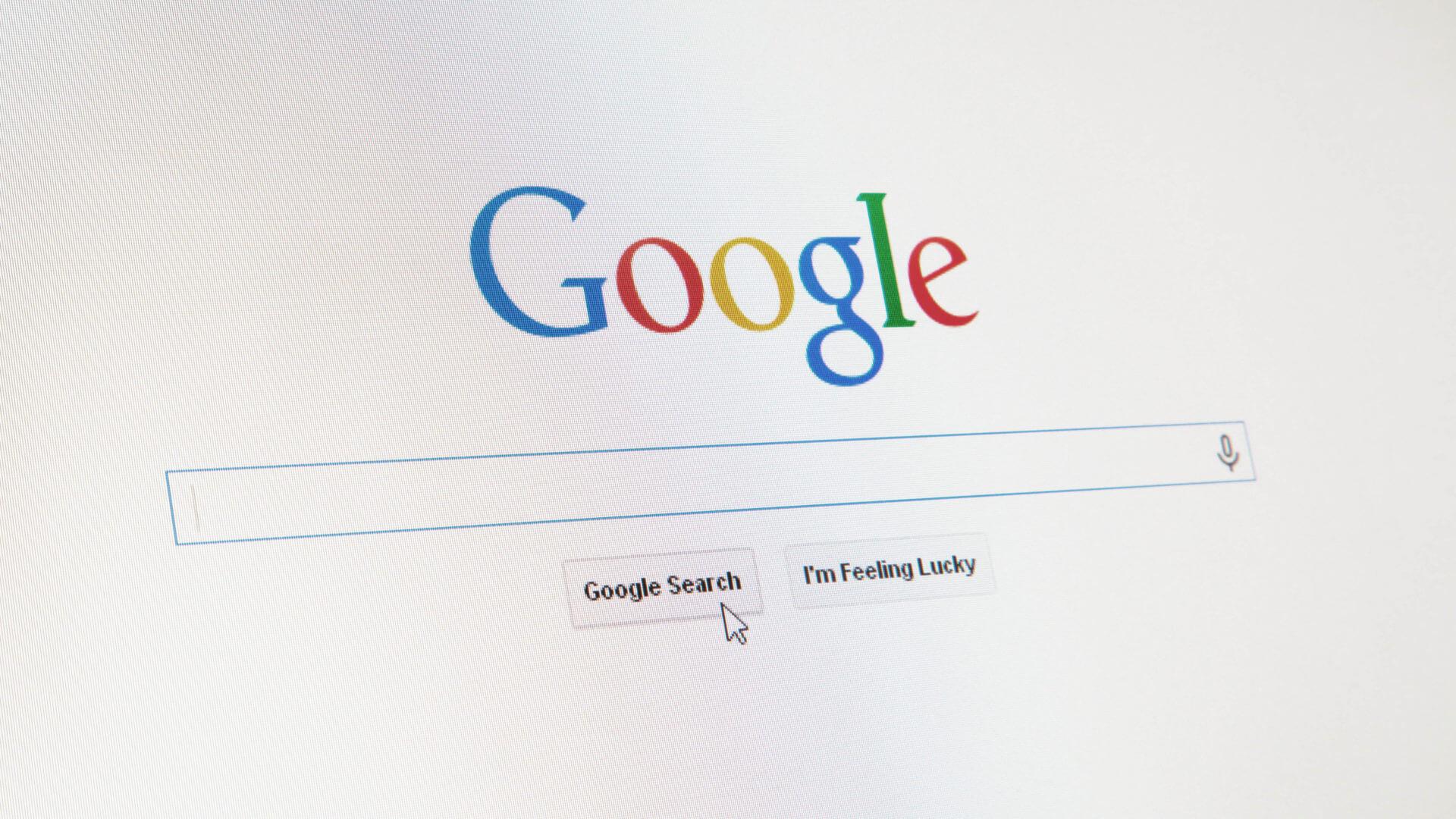 """Google lanza un rediseño de búsqueda de escritorio con etiqueta negra de """"Anuncio"""", favicons para resultados orgánicos"""